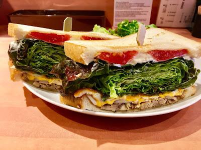 三軒茶屋にあるファーマーズチキンのグリルドチキンのチェダーチーズサンドイッチ