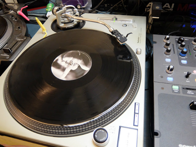 アナログレコードをデジタル化している模様です。