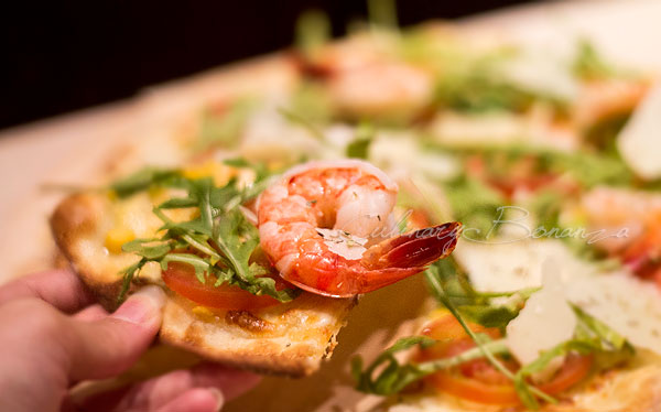 Estiva Pizza - Fresh corn, cream, fresh sliced tomato, arugula, prawns and shaved parmesan cheese