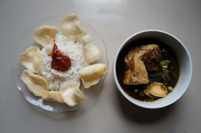 Nasi putih, sambal dan rawon Delicia