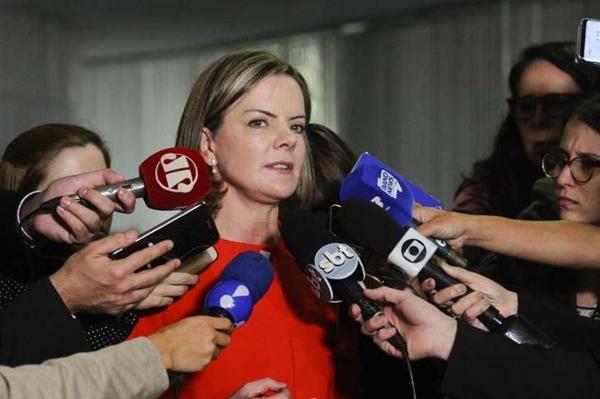 Após consultar especialista, Gleisi Hoffmann diz que Lula estará na eleição