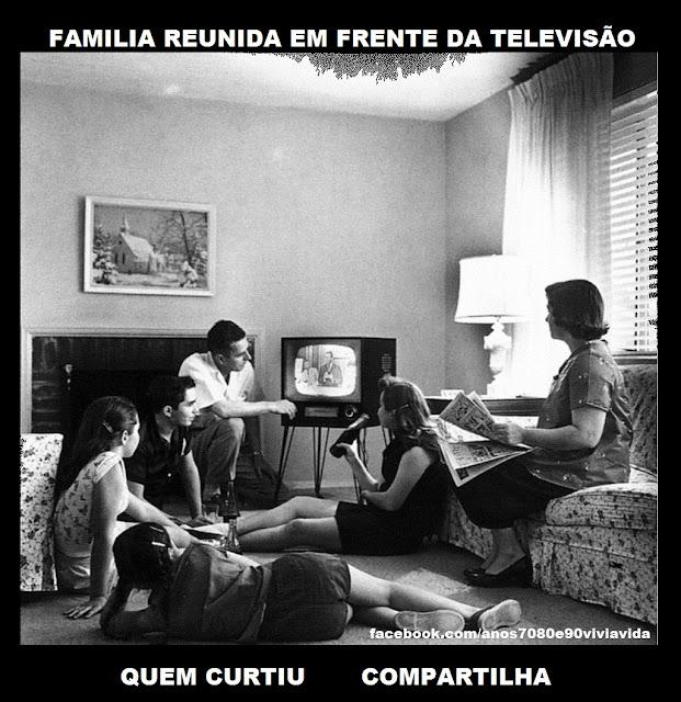 FAMÍLIA REUNIDA EM FRENTE DA TELEVISÃO