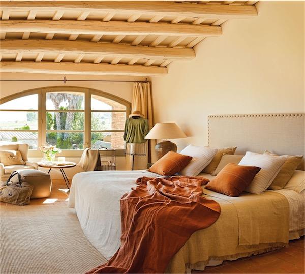 dormitorio con cabecero de tachuelas chicanddeco