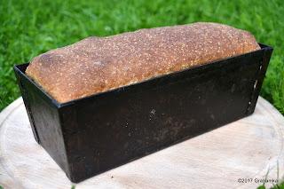 Upieczony w stalowej foremce chleb