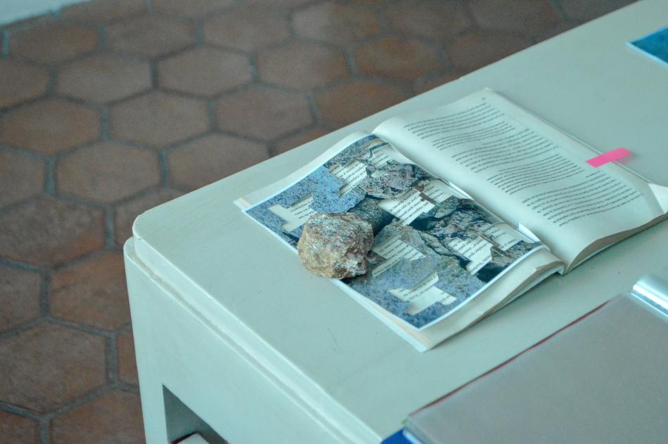 Intervención con libro, fotografía y piedra