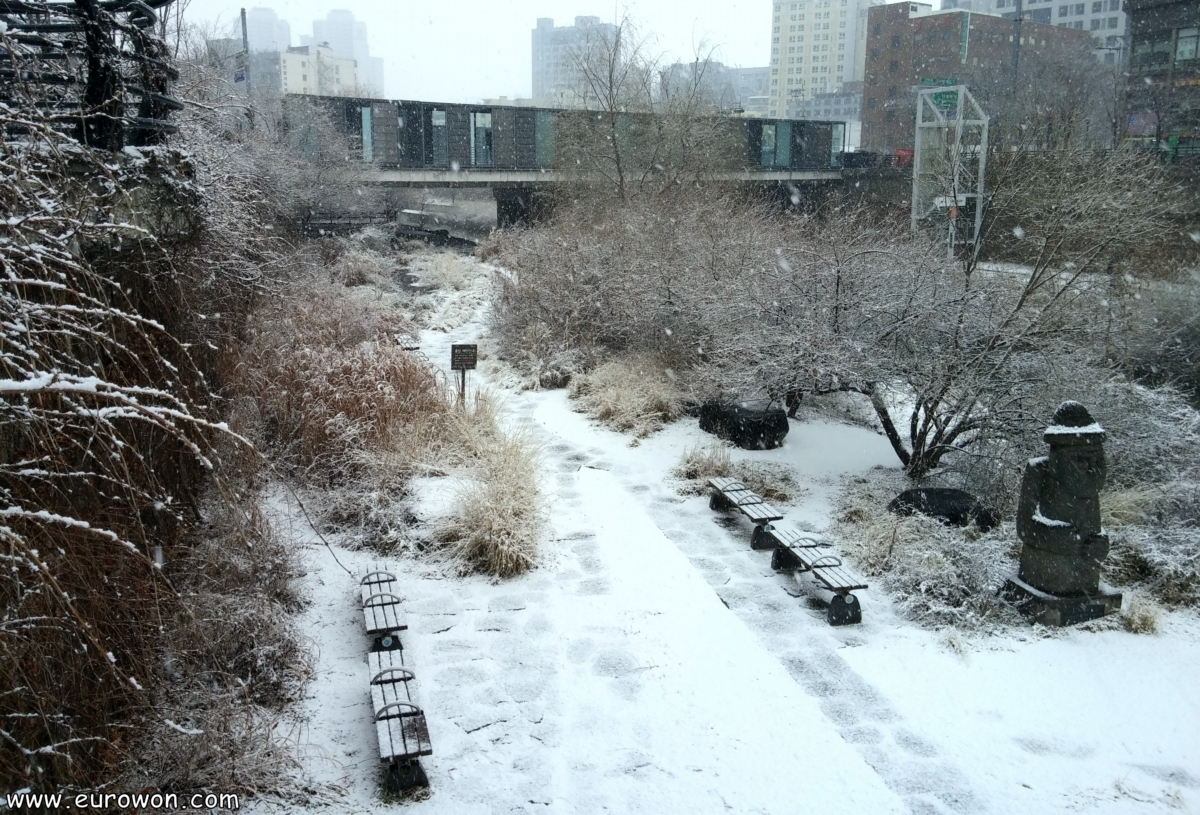 Nieve en el arroyo Cheonggyecheon