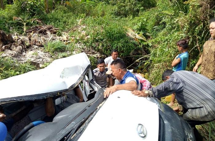 Mobil Pick up Tabrak Tiang Listrik di Kapuas Hulu