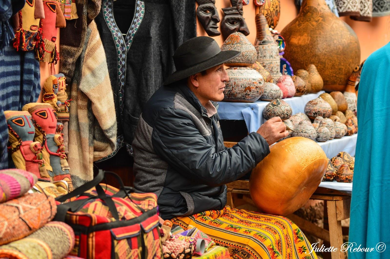 Artisan et calebasse au Pérou