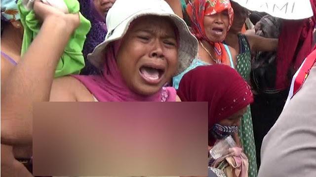 Demo dengan Aksi Buka Baju di Tol Paspro