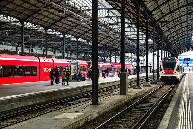 Trens na estação Lucerna na Suíça