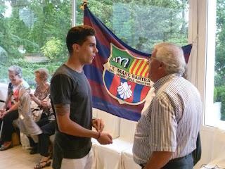 Esguard de Dona - Marc Bartra conversant amb l'alcalde de Sant Jaume dels Domenys, Magí Pallares davant la bandera de la Penya Blaugrana Marc Bartra