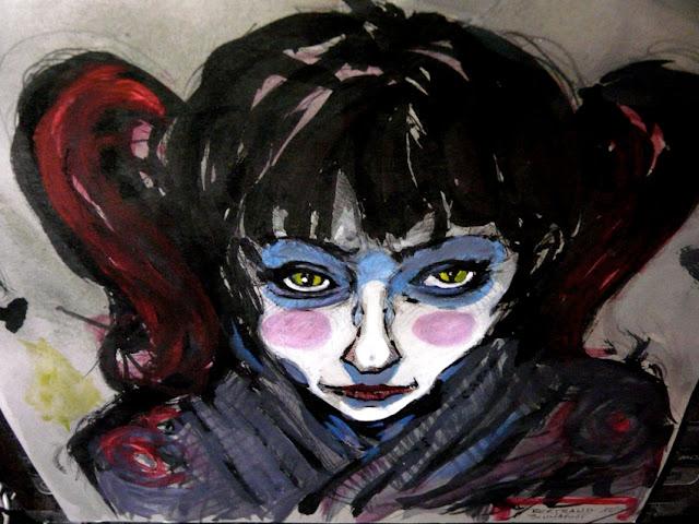 Tentative de description neutre, non interprétée. La peinture sur carton montre le visage pâle d'une femme, fine, en plongé. Elle est légèrement maquillée comme pour un kabuki ; le haut visible de son vêtement peut faire penser à un vêtement japonais. Ses cheveux noir sont tirés sur les côtés en couettes coloré de rouge mais une frange masque son font. Ses yeux font penser à ceux d'un chat.