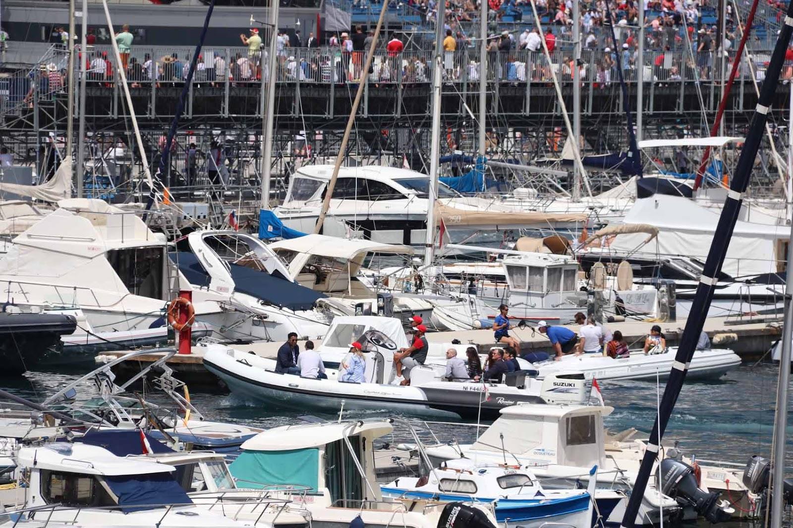 Port Hercule on Monacon ainoa syvävesisatama. Se täyttyy jahdeista ja veneistä kisojen ajaksi.