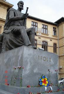 Flori la statuia Regelui Carol I