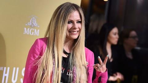 'Dumb Blonde' de Avril Lavigne, una de las peores canciones de 2019 según Forbes