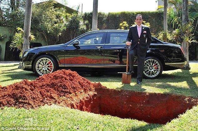 Pria ini Kubur Mobil Mewah Untuk Kendaraan Surga