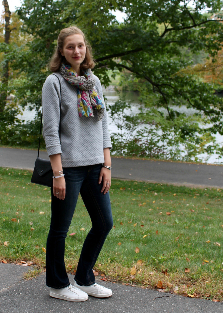 casual fall outfit - flared jeans, white trainers and mini bag