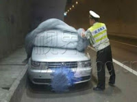 Mobil Berhenti Tertutup Terpal Di Jalan Tol, Polisi ini Kaget Saat Mengetahui Yang Terjadi