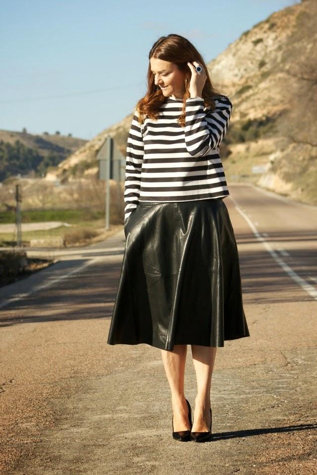a09e1d7643396 Me encantan las faldas midi! esta temporada las hemos visto mucho en la  versión de piel o polipiel.