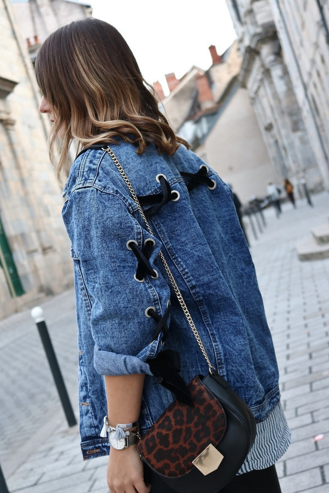 pauline-dress-tenue-look-besancon-veste-denim-lace-up-noir-tregging-chemise-rayee-sac-leo-zoom-side-hair