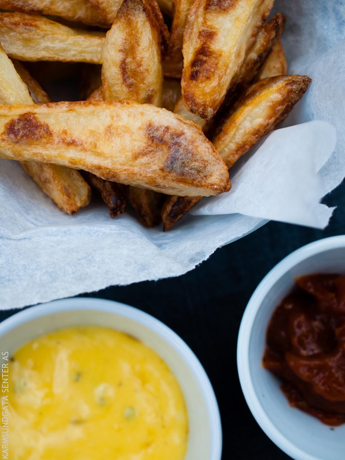 Pommes frites med bearnaisesaus og ketchup