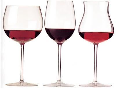 ly thưởng thức rượu vang đỏ