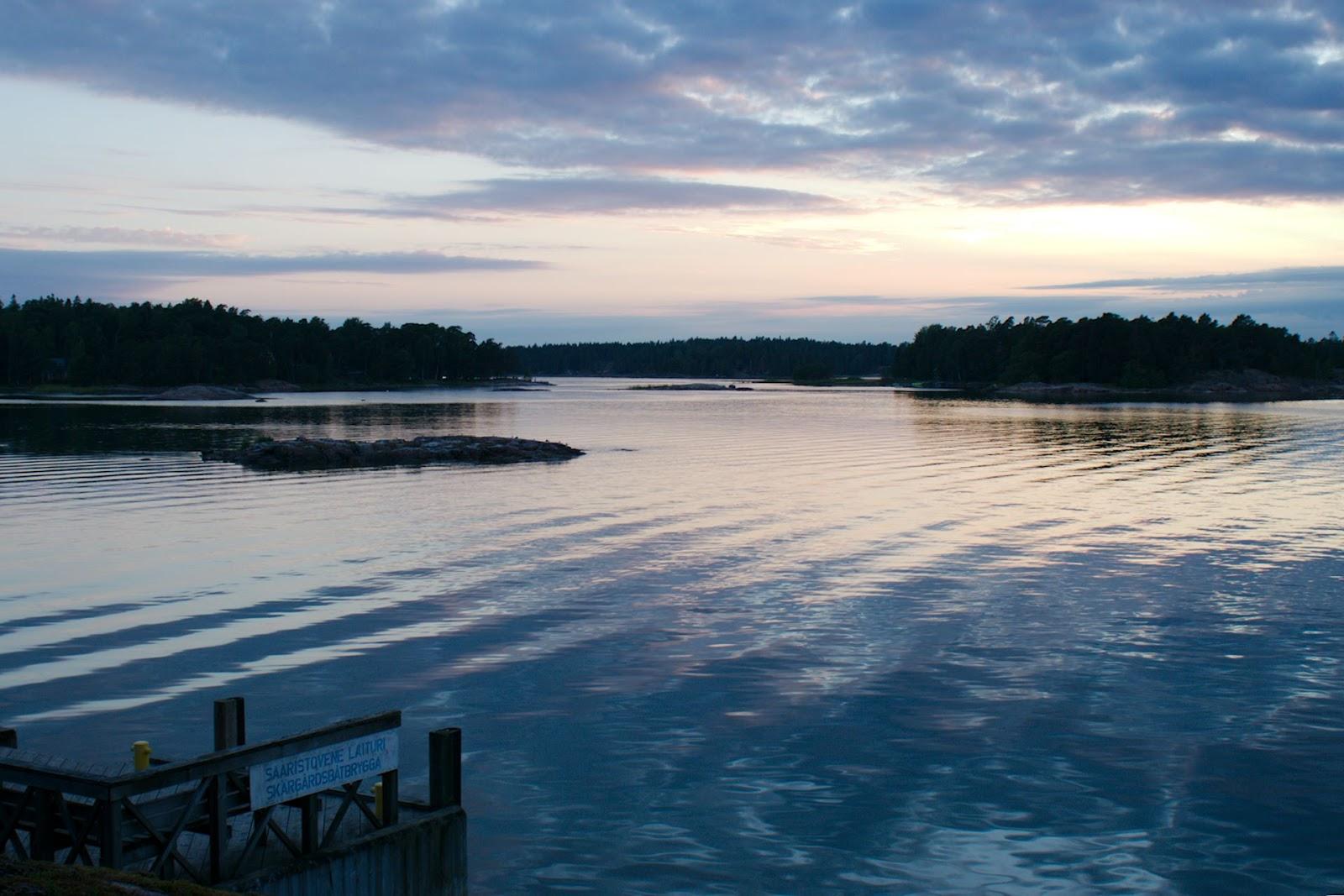 Saaaristovenelaituri ilta-auringossa