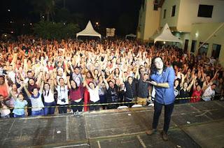 http://vnoticia.com.br/noticia/3254-17-deus-show-reune-milhares-de-pessoas-em-momento-de-louvor-e-oracao