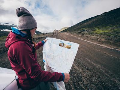 Chica planificando su ruta en coche de alquiler por Islandia