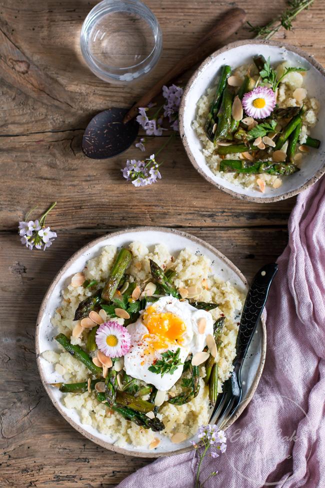 ryż z kalafiora ze szparagami i jajkiem w koszulce