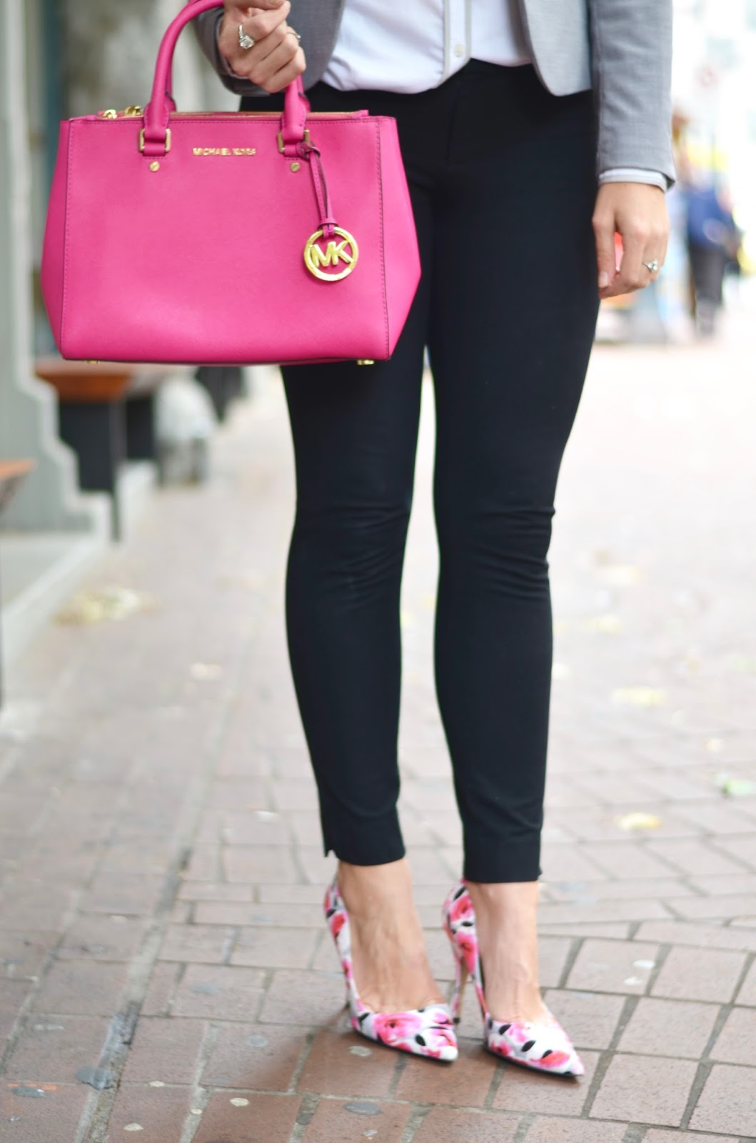 corporate-outfit-with-bold-handbag