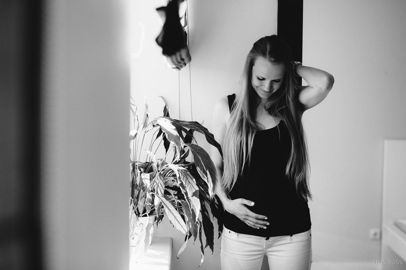 dokumentāla grūtniecības fotosesija mājās gaidības