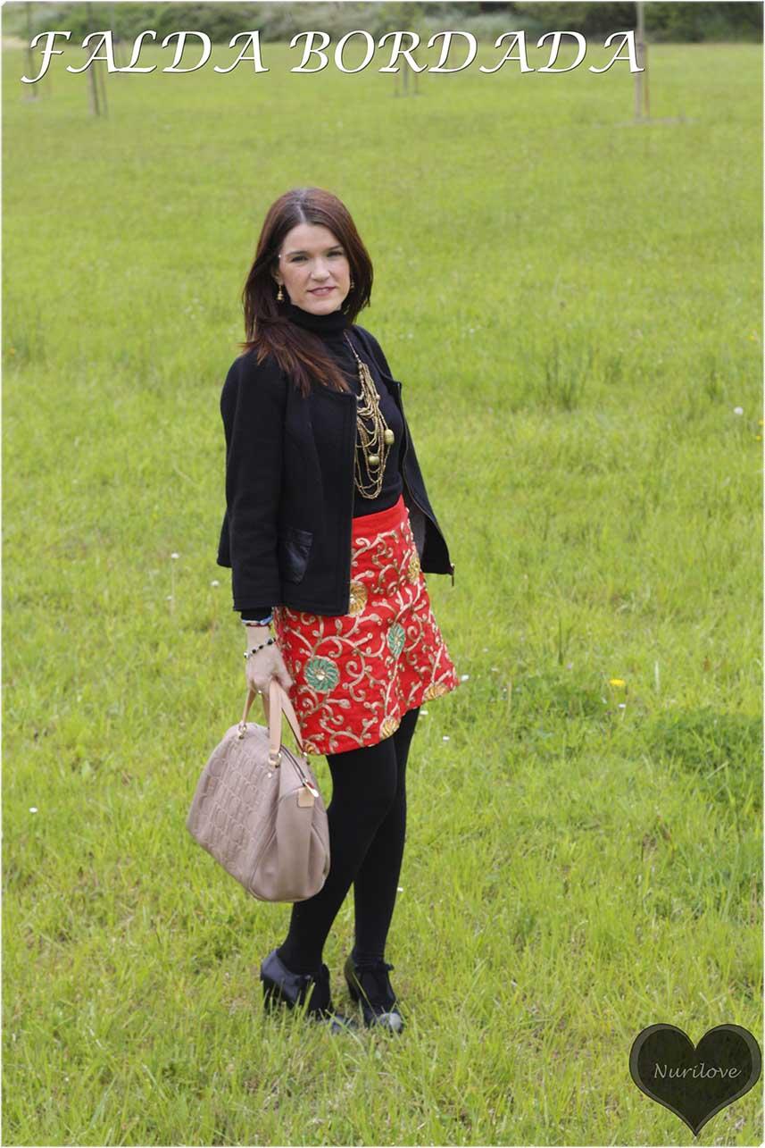 Falda roja bordada. Una joya