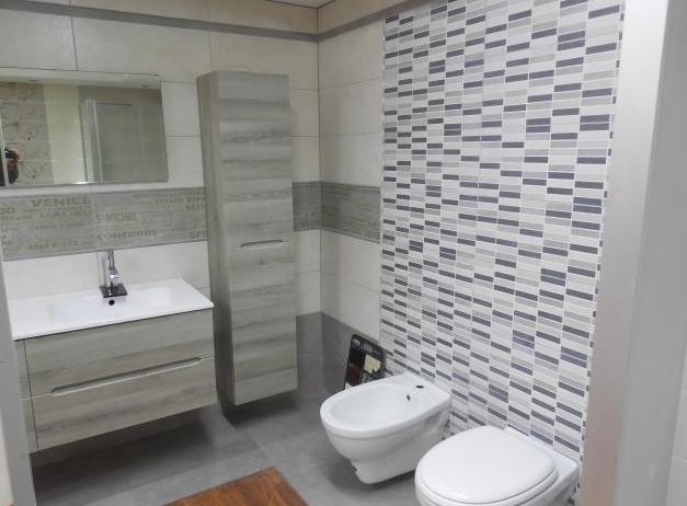 desain keramik kamar mandi kecil