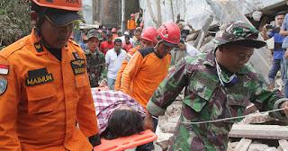 Prajurit TNI Dirikan Rumah Sakit Lapangan di Pidie Jaya Aceh - Commando