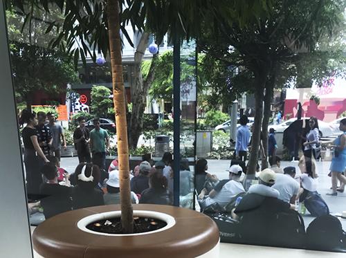 50 người Việt xếp hàng tại Apple Store Singapore chờ mua Iphone X