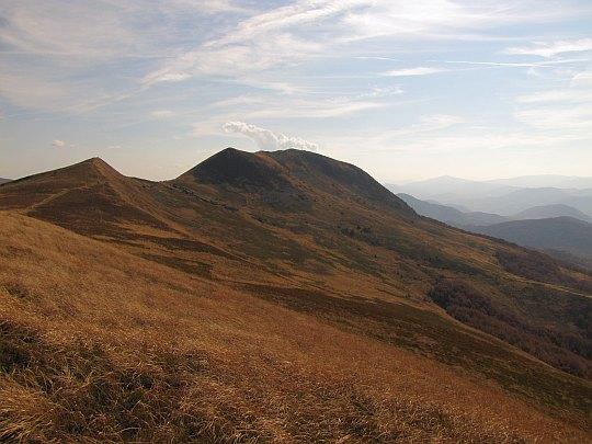 Tarnica. Z lewej widzimy spiczasty wierzchołek Tarniczki.