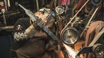 Fabrication d'une épée en acier de Damas par Tony Swatton