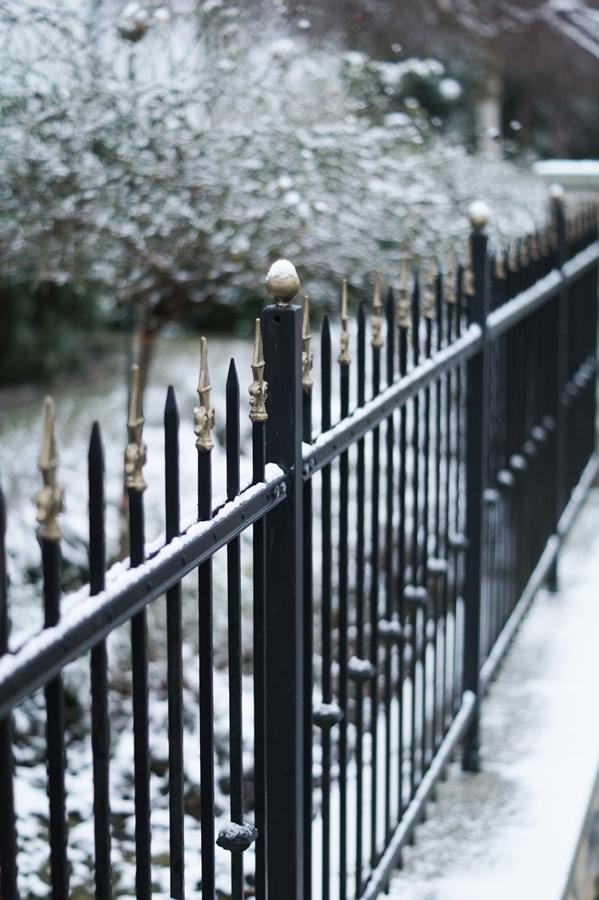 Blog + Fotografie by it's me! - Draussen - Frau Frieda sucht Schnee, verschneiter Gartenzaun