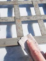 Traitement antirouille et peinture sur une table basse en métal