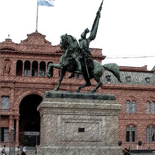 Monumento ao Marechal Manuel Belgrano e, ao fundo, a Casa Rosada, em Buenos Aires