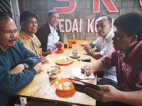 Terkelin saat berbincang-bincang di kedai kopi Purba, Simpang Enam Kabanjahe