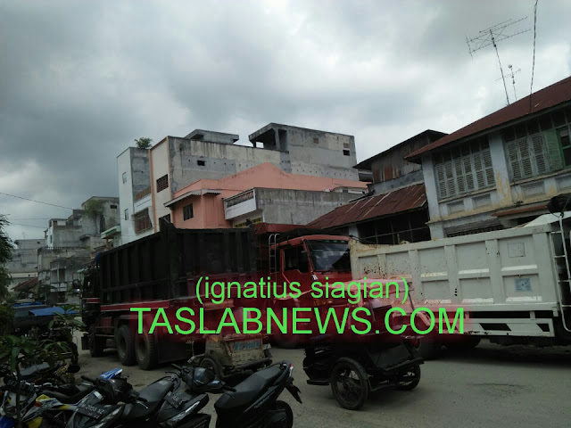 Truk roda sepuluh bermuatan puluhan ton material proyek untuk Kecamatan Sei Kepayang, Kabupaten Asahan bebas melintas dari inti kota menyebabkan jalan-jalan di Kota Tanjungbalai rusak berat, Jumat (14/9).