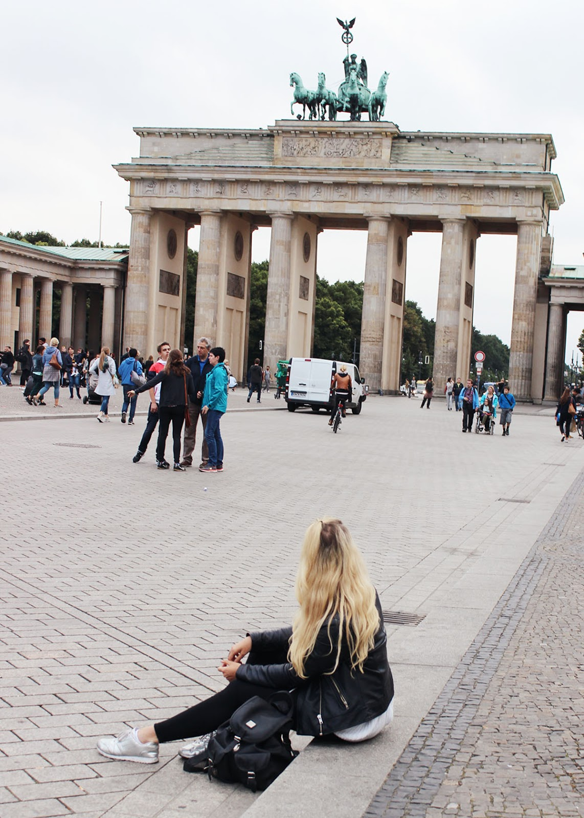 Girl in front of the Brandenburg Gate, Brandenburger Tor