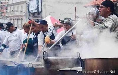 Iglesia preparando alimentos para cien mil personas en Venezuela