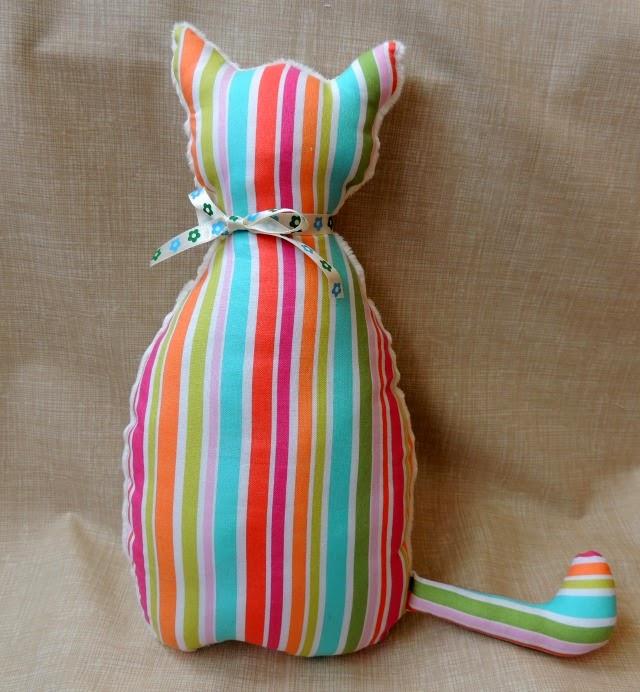 gato-cojín de tela minky hecho a mano para decorar la cuna del bebé