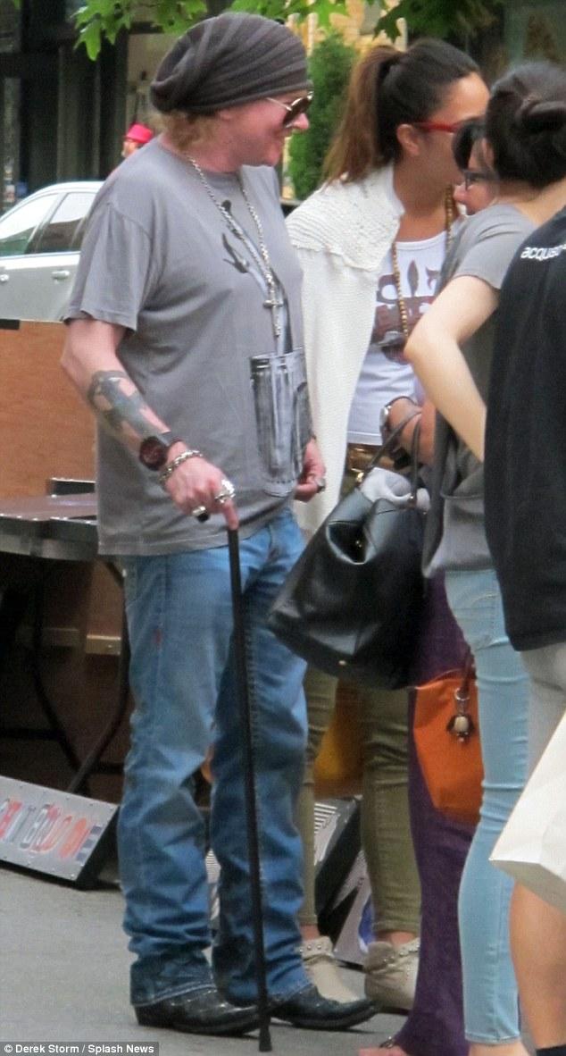 Axl Rose Visita Feira De Rua Em Nova York