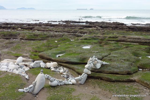 piedras en equilibrio, playa Azkorri, land art, stone balance, Planta Bilbao