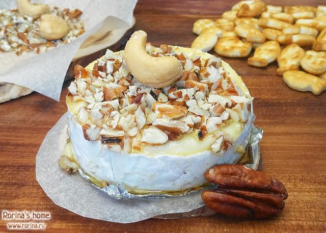 Сыр с плесенью с медом и орешками