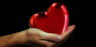 una mano con un cuore